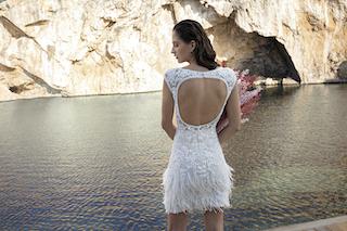 Kurzes Brautkleid mit Federn und tiefem Rückenausschnitt