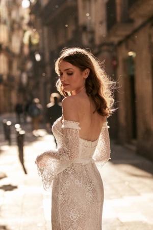 Frau mit Brautkleid in der Innenstadt