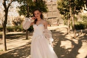 Frau mit Brautkleid im Hof
