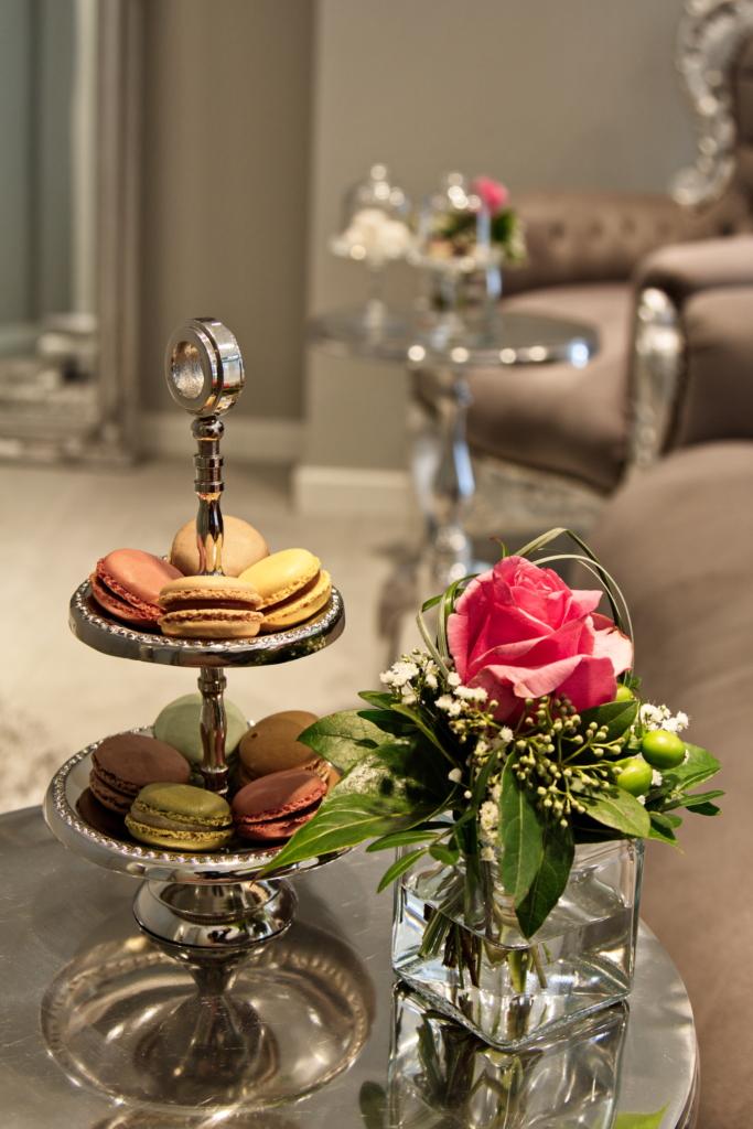 Brautmode Eden Macarons und Rose auf dem Tisch
