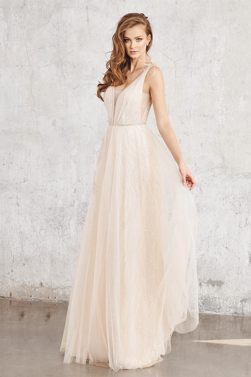 Frau in langem Brautkleid und Überrock